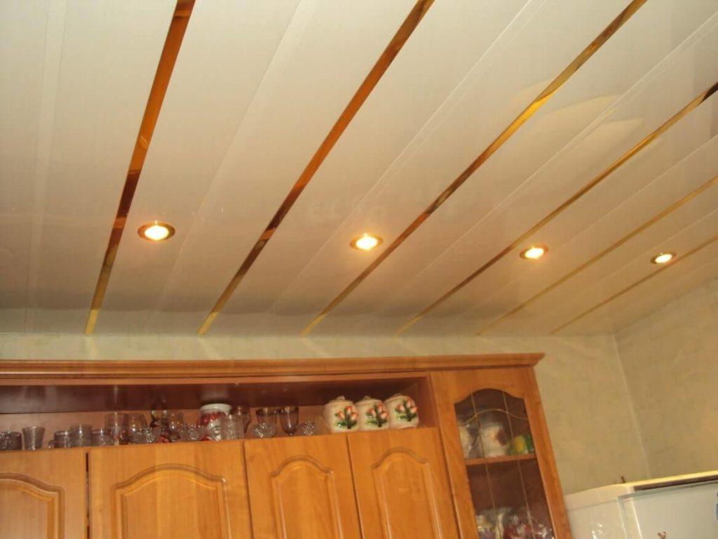 отделка потолка кухни
